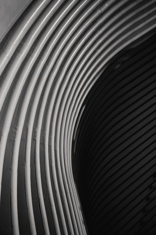幾何学的な建物のモダンな金属フェンス