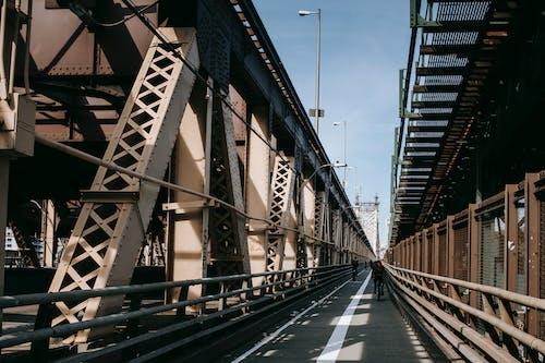 Chaussée Piétonne Sur Pont Cantilever En Journée Ensoleillée