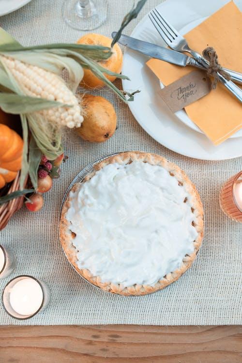 흰색 세라믹 접시에 흰 쌀