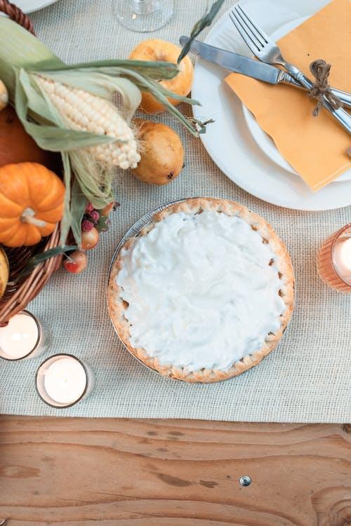 주황색과 흰색 세라믹 접시 옆에 흰색 세라믹 접시에 흰 쌀