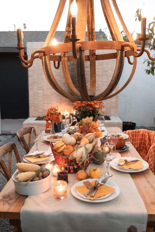 접시와 그릇 갈색 나무 라운드 테이블