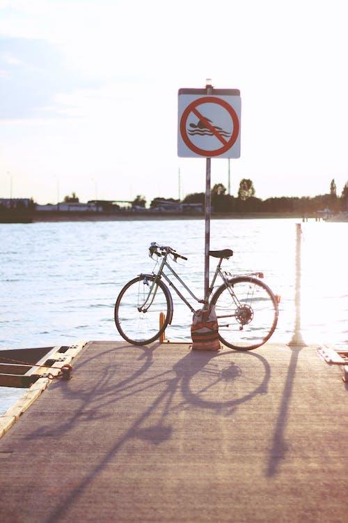 Foto d'estoc gratuïta de aigua, barca, bici, capvespre