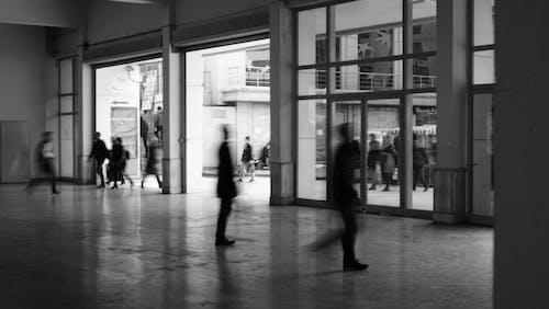 Základová fotografie zdarma na téma architektura, čekat, černobílá, dospělý