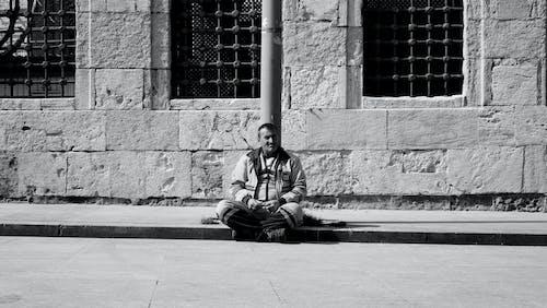 Základová fotografie zdarma na téma budova, čekat, černobílá, chlapec