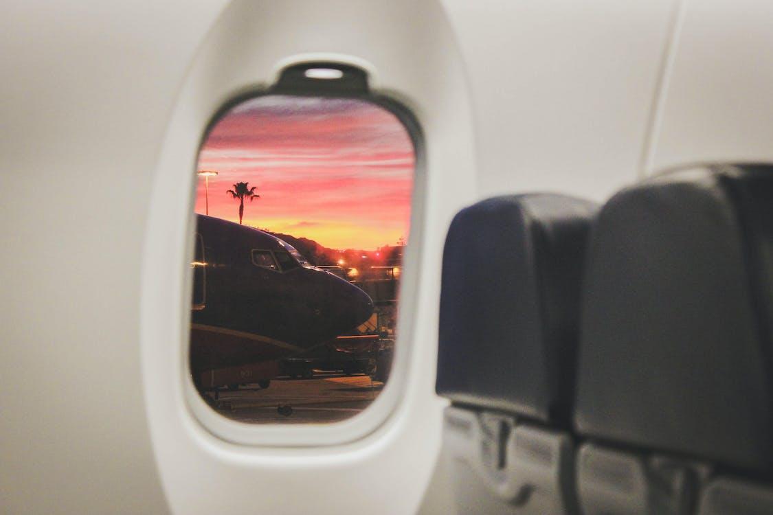 白い商業飛行機の窓
