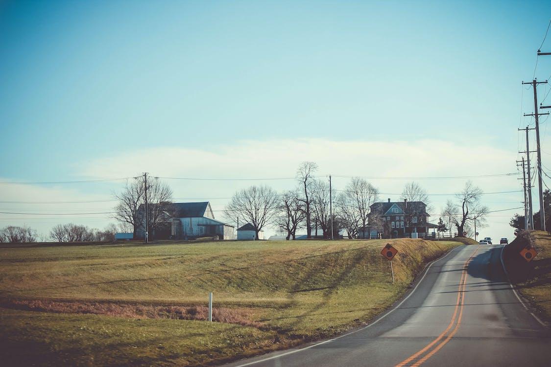 asfalterad väg, bondgård, vägskyltar