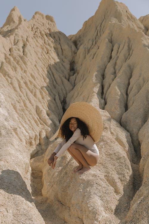 Afrikalı Amerikalı, çıplak ayak, çöl içeren Ücretsiz stok fotoğraf