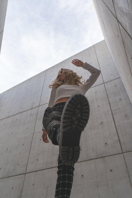 Základová fotografie zdarma na téma architektura, beton, blondýna, budova