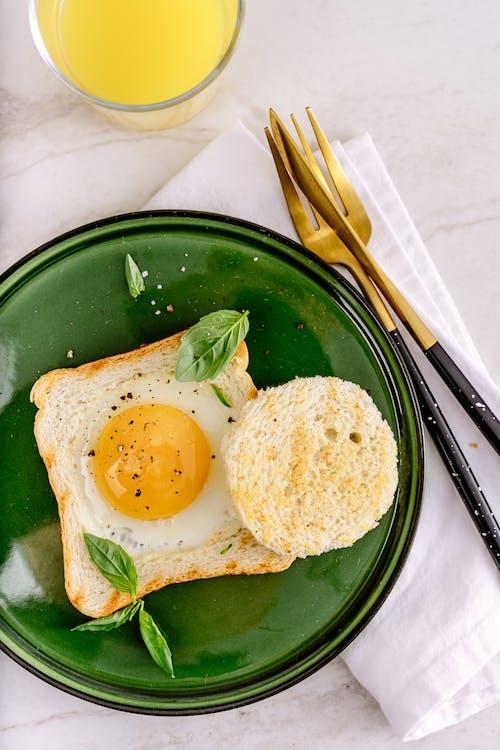 Gratis lagerfoto af æg, æggeblomme, brød