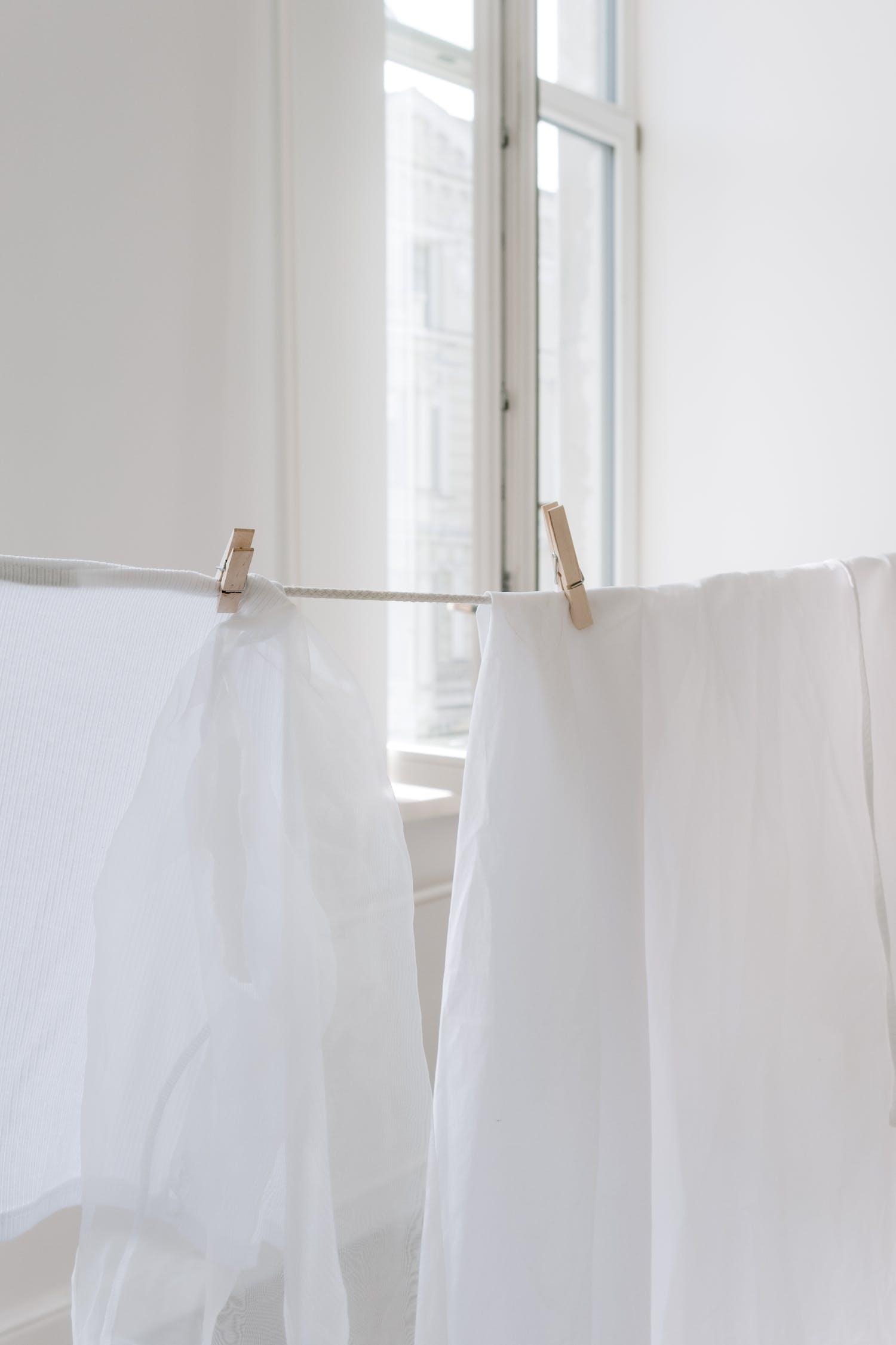 Textil Blanco Sobre Percha Marrón