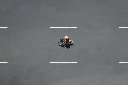 Красный и черный мотоцикл на черной асфальтовой дороге