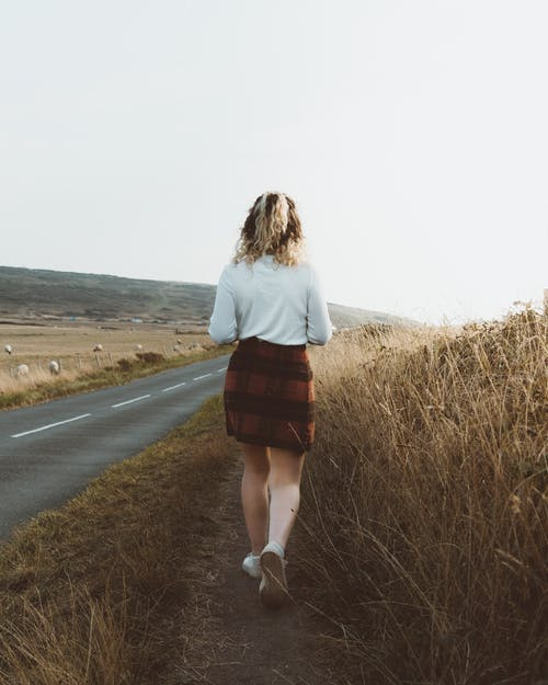 시골에서 빈도에 서있는 여자