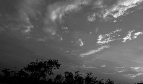bulutlar, bulutlu gökyüzü, bulutluluk, kara içeren Ücretsiz stok fotoğraf