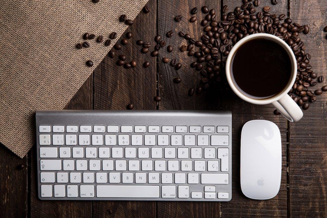 biurko, brązowy, ceramiczny kubek