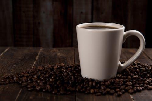 包围着咖啡豆的咖啡杯