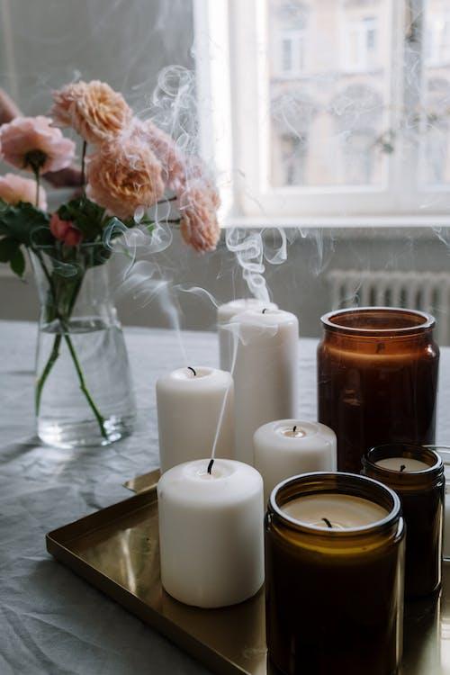 Bougies Pilier Blanc Sur Vase En Verre Transparent