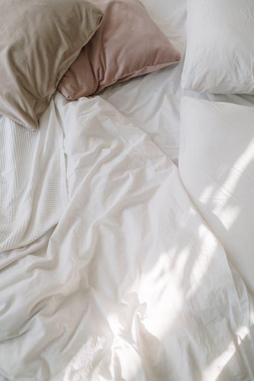 白色床上用品在床上