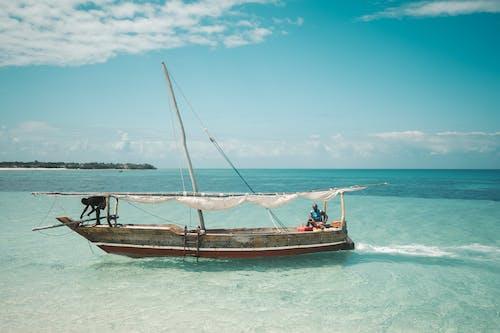 ada, ada hayatı, balıkçı teknesi, balıkçılar içeren Ücretsiz stok fotoğraf
