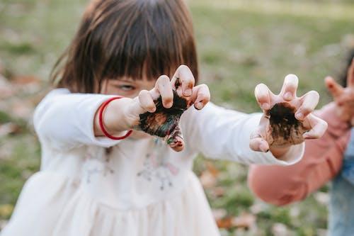 Niños Con Manos Pintadas Jugando En El Parque