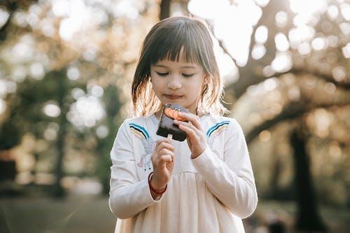 重點突出的小女孩用薑餅