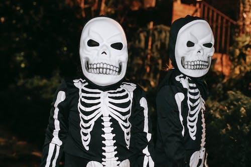 白色和黑色骨架服裝