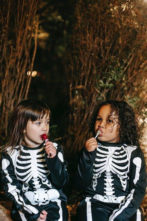 Meisje In Zwart Wit Gestreepte Shirt Met Lange Mouwen Eten Lolly