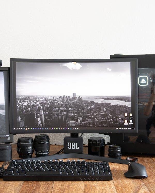 Moderne Computer Met Screensaver Op Tafel