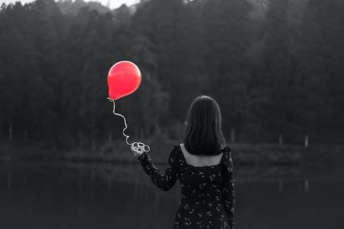 Foto profissional grátis de #womeninblack, balão, bexiga, globo