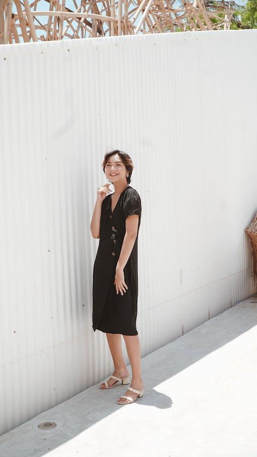 Бесплатное стоковое фото с белая стена, бетонное покрытие, вертикальный выстрел