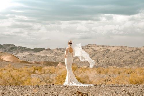 Bruid In Trouwjurk Staande In De Wildernis