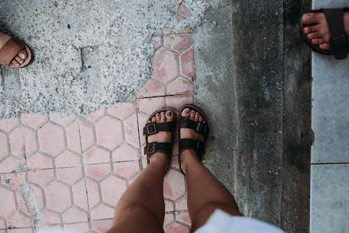açık hava, ayak, ayakkabı içeren Ücretsiz stok fotoğraf