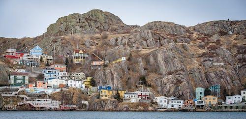 Gratis lagerfoto af bjerg, bygninger, farverige huse, ferie