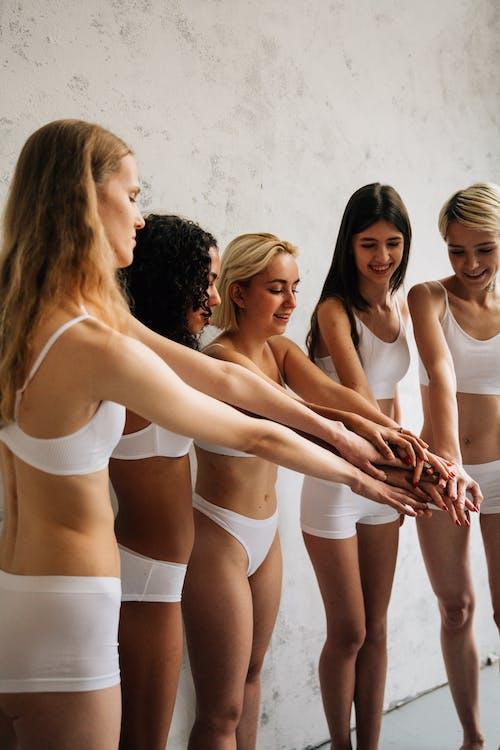 3 Vrouwen In Witte Sportbeha En Witte Korte Broek