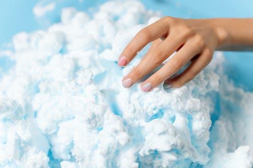 Pessoas Entregam Se Nas Nuvens Brancas