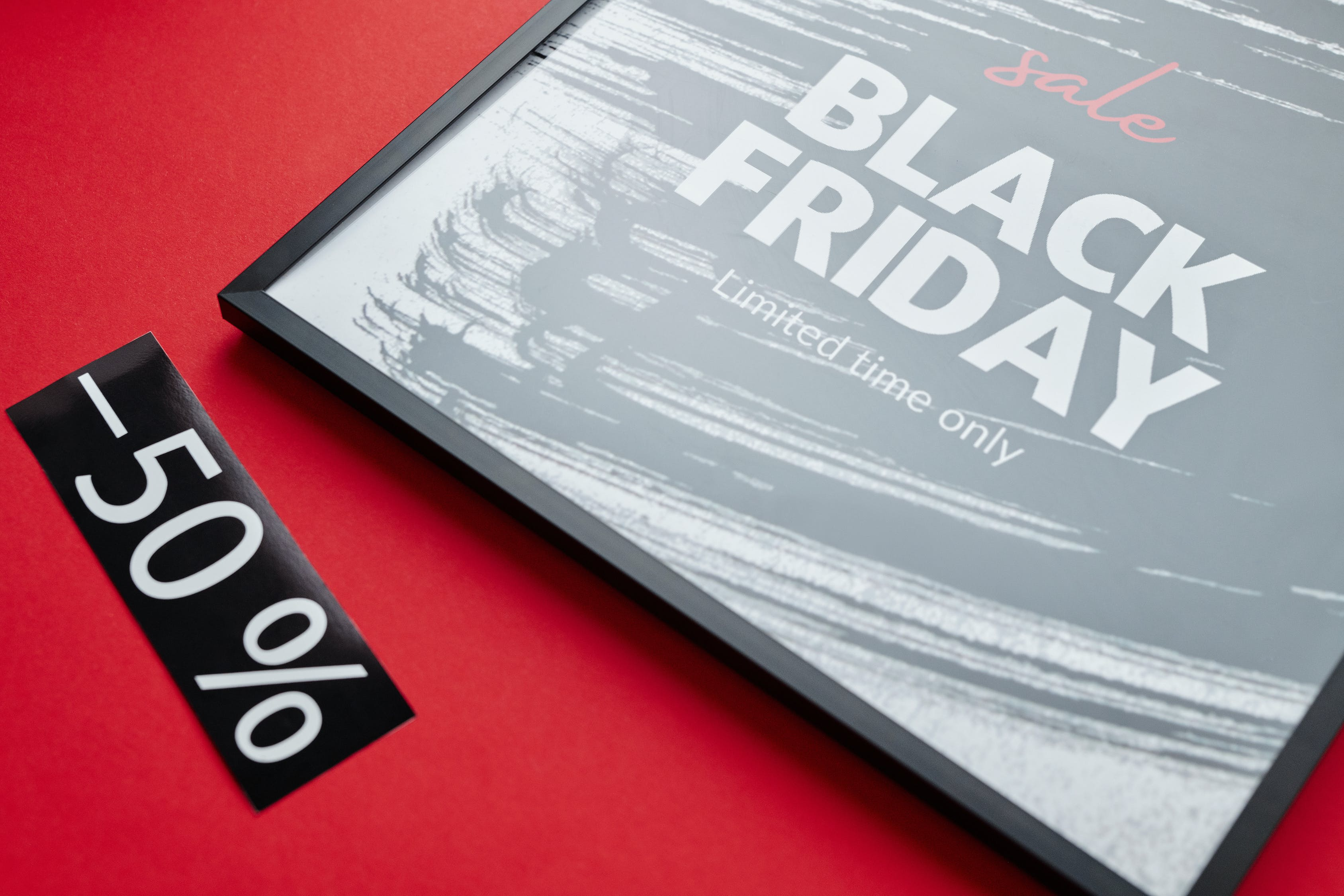 Teks Penjualan Black Friday Di Latar Belakang Merah