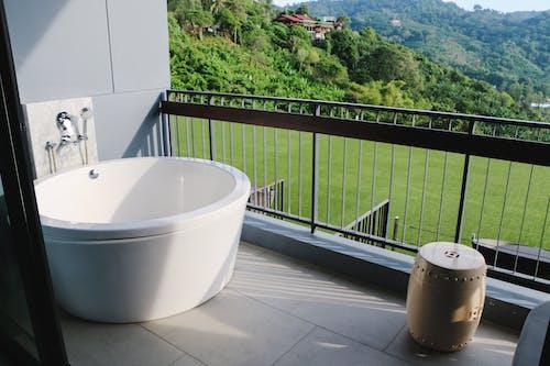 Kostenloses Stock Foto zu badewanne, badezimmer, bäume, gras