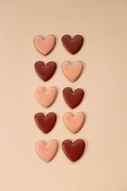 Caramelle A Forma Di Cuore Rosa Sulla Superficie Bianca
