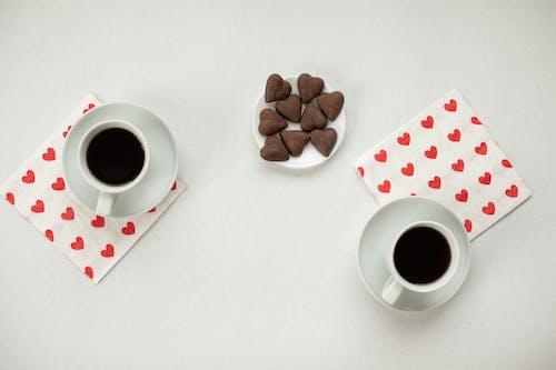 Tasse En Céramique Blanche Avec Café Sur Table Blanche