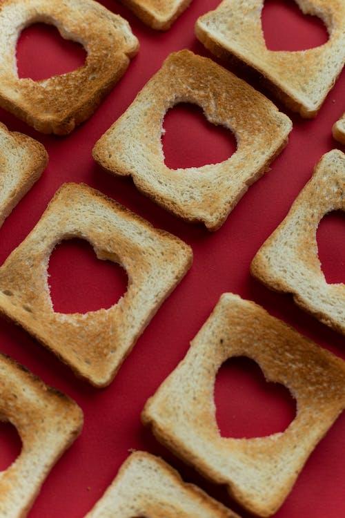 Коричневый хлеб на красной поверхности