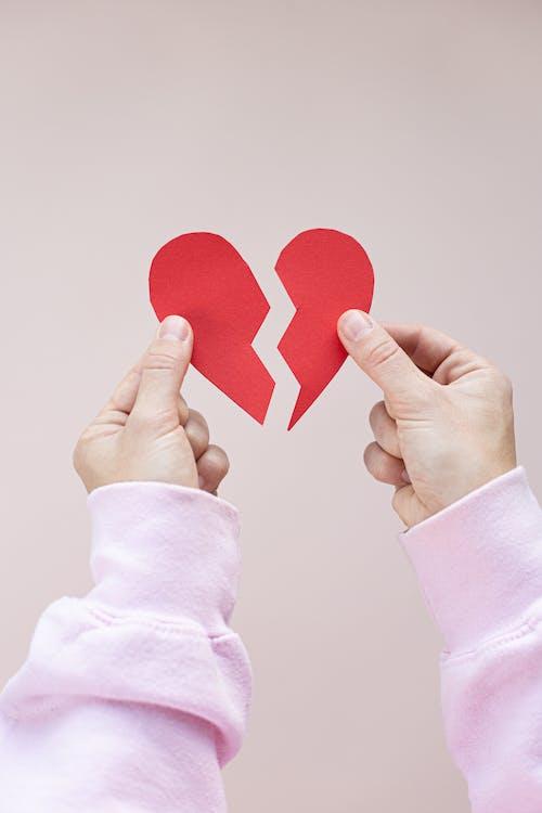 Personne Tenant Un Coeur Rouge En Forme De Coeur