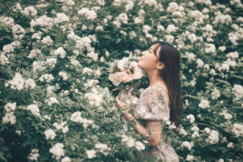 一束花, 中國女孩, 亞洲美女, 人像攝影 的 免費圖庫相片