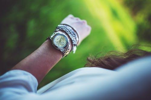 Бесплатное стоковое фото с время, женщина, прошлое, рука