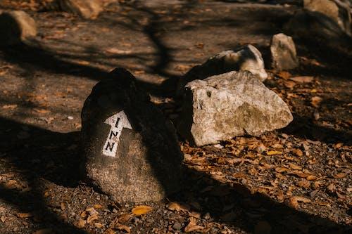Raue Steine Mit Pfeil Auf Trockenem Gelände