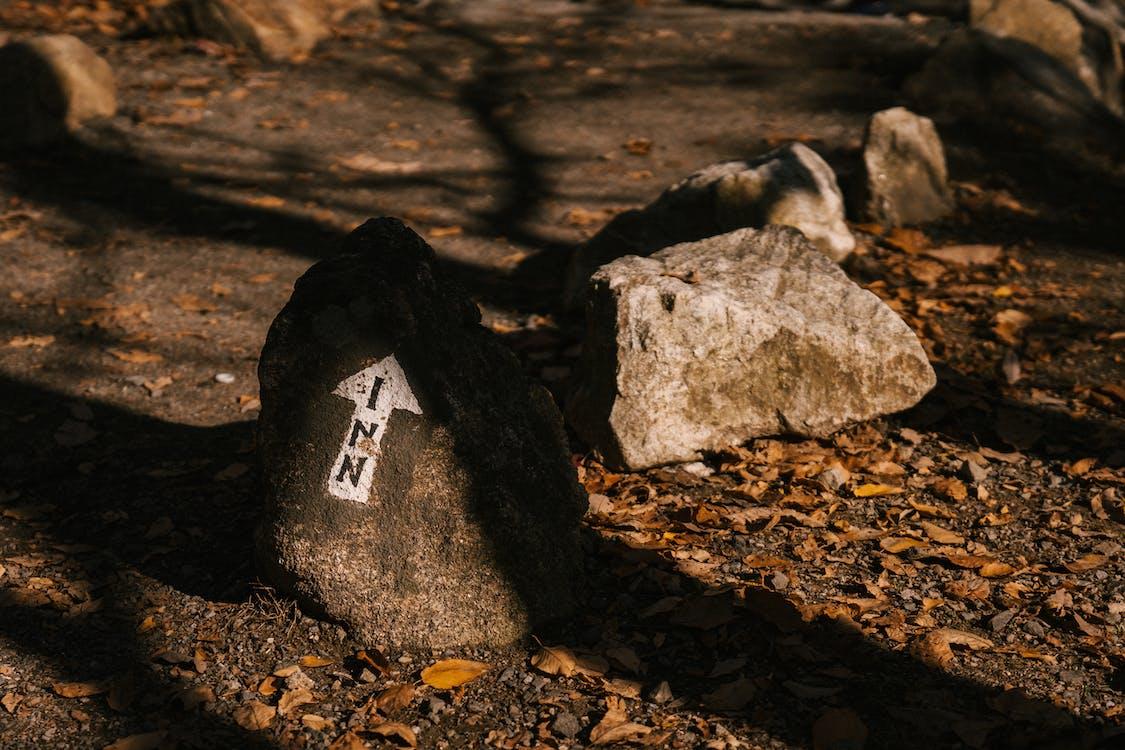 Ruwe Stenen Met Pijl Op Droog Terrein