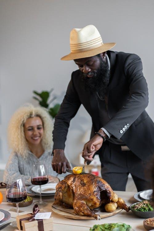 Man In Zwart Pak Jas Met Dienblad Met Voedsel