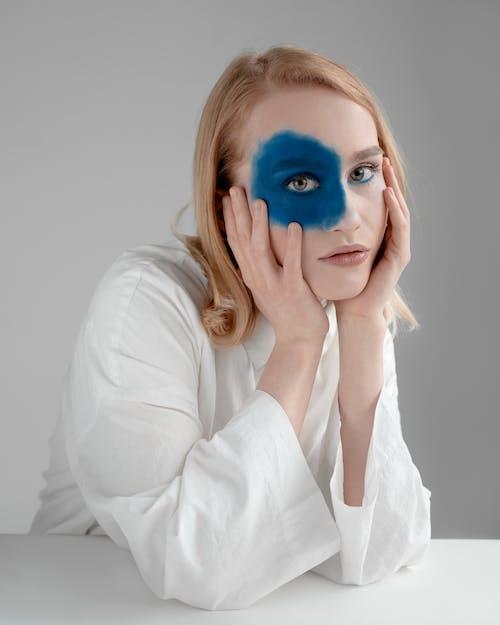 Frau Mit Blauem Lidschattenfleck Auf Gesicht