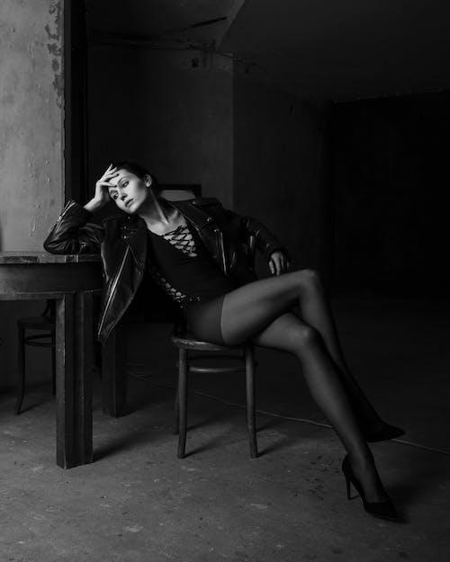 Stilvolle Sinnliche Frau In Strumpfhosen Auf Stuhl