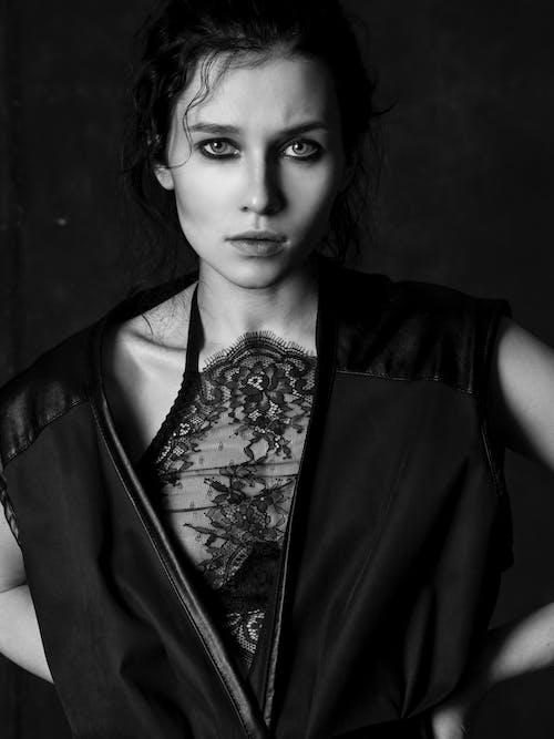 Crop Stilvolle Frau In Der Modernen Kleidung Auf Schwarzem Hintergrund