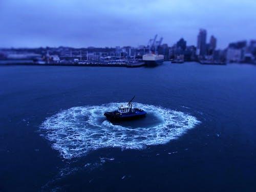 Gratis lagerfoto af båd, blå, bugserbåd, by