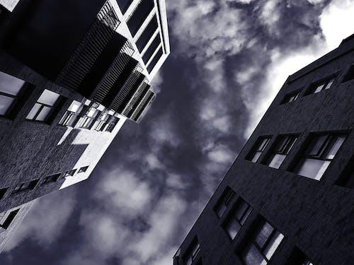Ilmainen kuvapankkikuva tunnisteilla arkkitehtuuri, kuva alakulmasta, mustavalkoinen, parvekkeet
